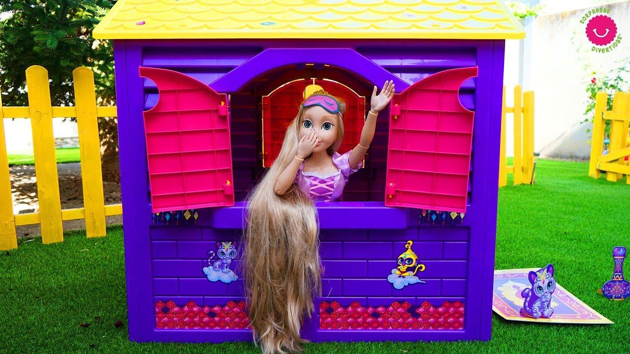 Rapunzel duerme en su CASITA de Jardín porqué los muñecos bebés hacen ruido