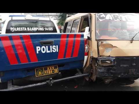 Angkot tabrak kendaraan polisi
