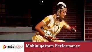 Mohiniyattam performance on Omanathinkal kidaavo | India Video