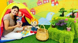 Ayşe ve çocuklar çadırda kahvaltı yapıyorlar