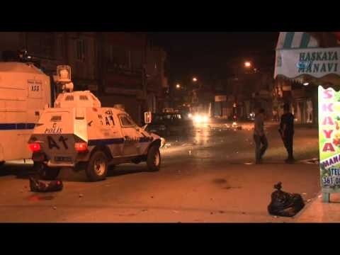 Göstericilerle Çatışan Polise Vatandaşın Destek Vermesi