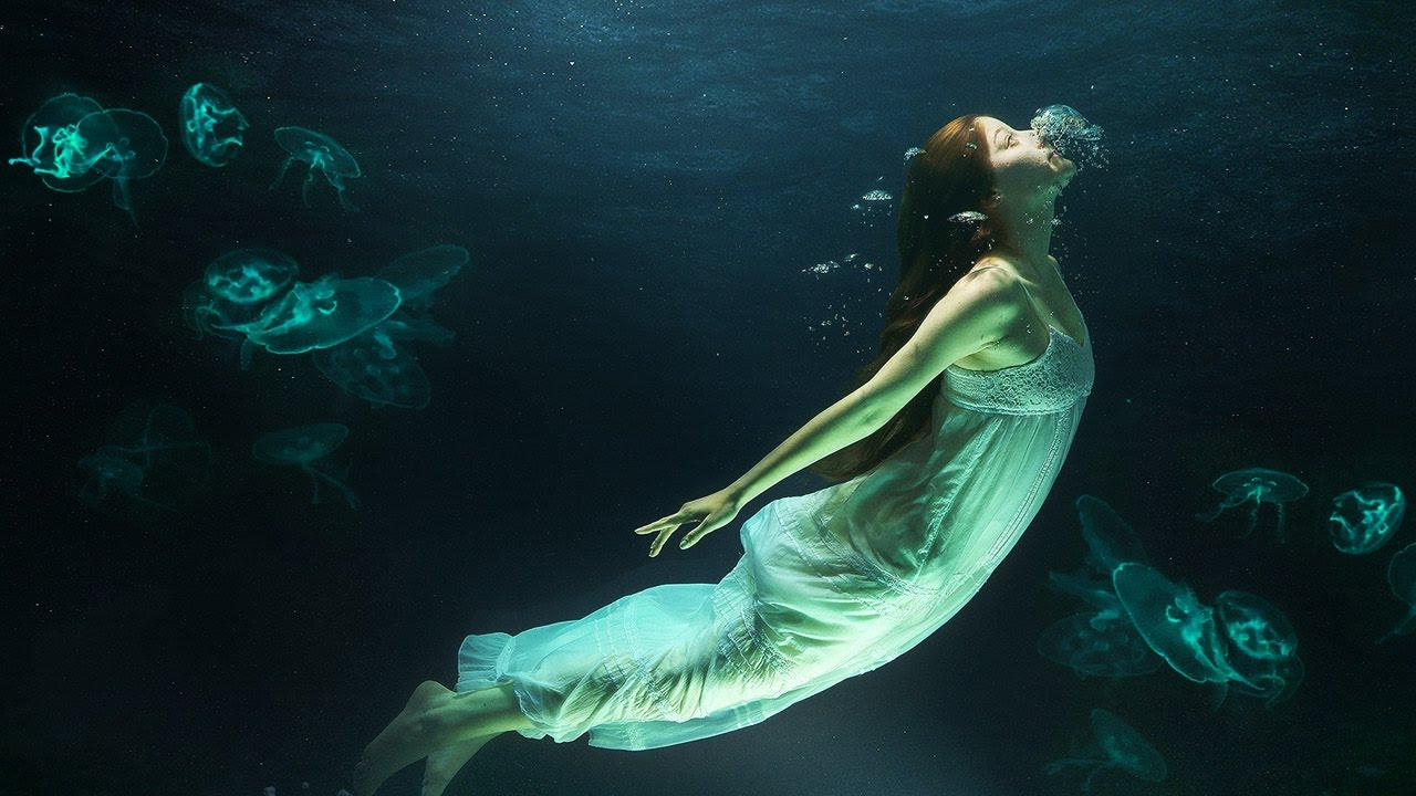 Девушка работа под водой фото