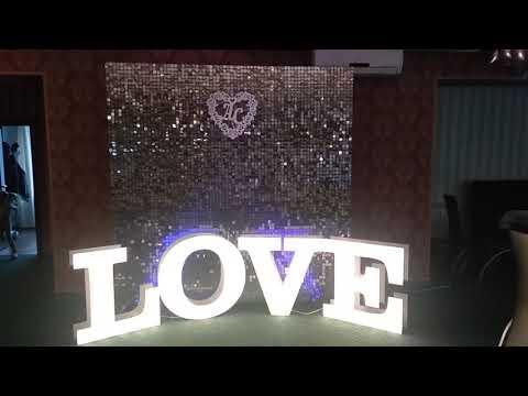 фотозона на свадьбу из пайеток с буквами Love