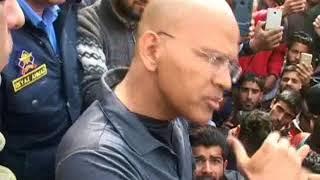 Video: IGP Traffic Basant Rath meets protesting students in Pratab park Srinagar