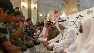 أمير مكة يشارك مسؤولي الحرم طعام الإفطار