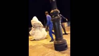 رجل مع زوجته يرقصان في وهران على أنغام الأي أي - Une Homme Avec Sa Femme Dance éy éy A Oran 2015
