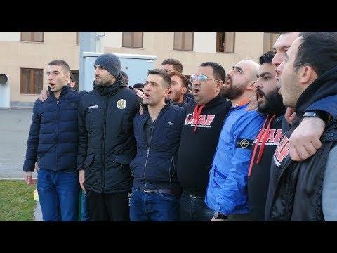 Юра Мовсисян с болельщиками поет гимн Армении: видеостимул к победе на Евро-2020