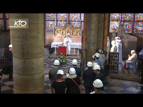Curas portan cascos de obra na primeira misa en Notre Dame tras o incendio