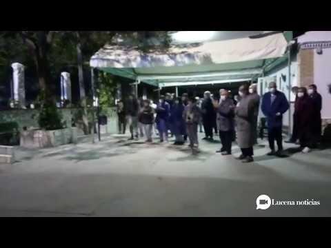 VÍDEO: La Policía de Lucena lleva la alegría a niños y mayores cambiando las sirenas por la música
