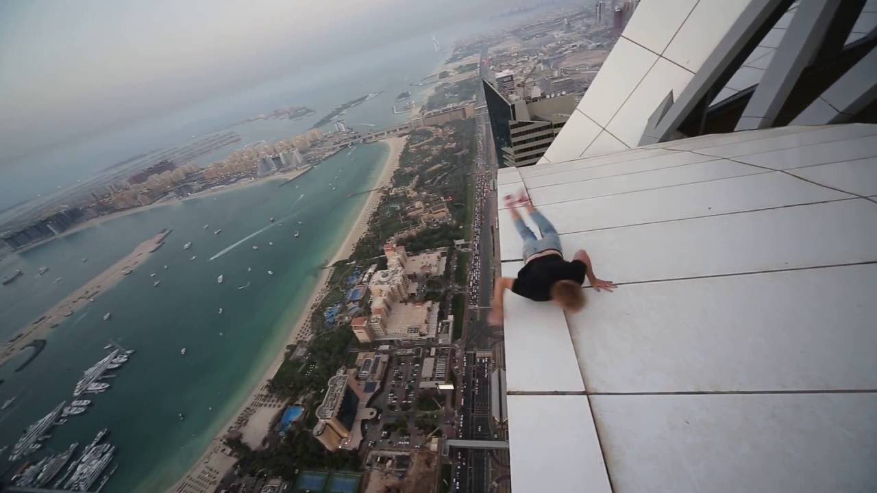 Viral Video UK Daredevil Spinning Around On Skyscraper YouTube - Daredevil films extreme parkour on top of skyscraper