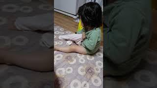 3세아기 옷입는중