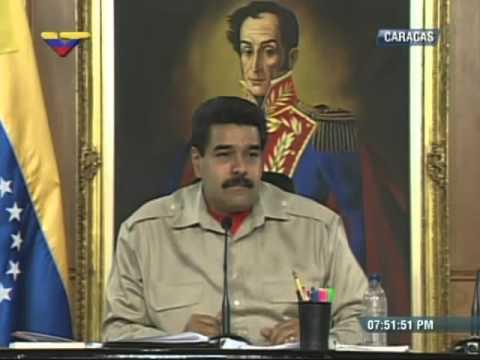 Ernesto Morgado muestra al Presidente Nicolás Maduro sus fotos del 12 y 13 de abril de 2002