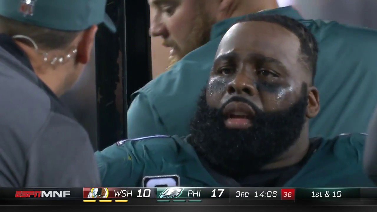 2ff783a976e Entire Eagles Team Comes onto Field After Jason Peters Knee Injury ...
