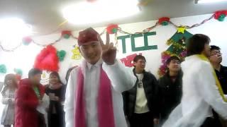 学校のクリスマスパーティで演じた。 本当に羞恥心をもって歌を歌いた:...