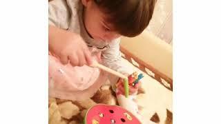 Мария играет в интересную игру магнитная рыбалка с червячками