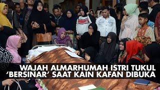 Wajah Istri Tukul Seolah  39 Bersinar 39 Saat Kain Kafan Dibuka