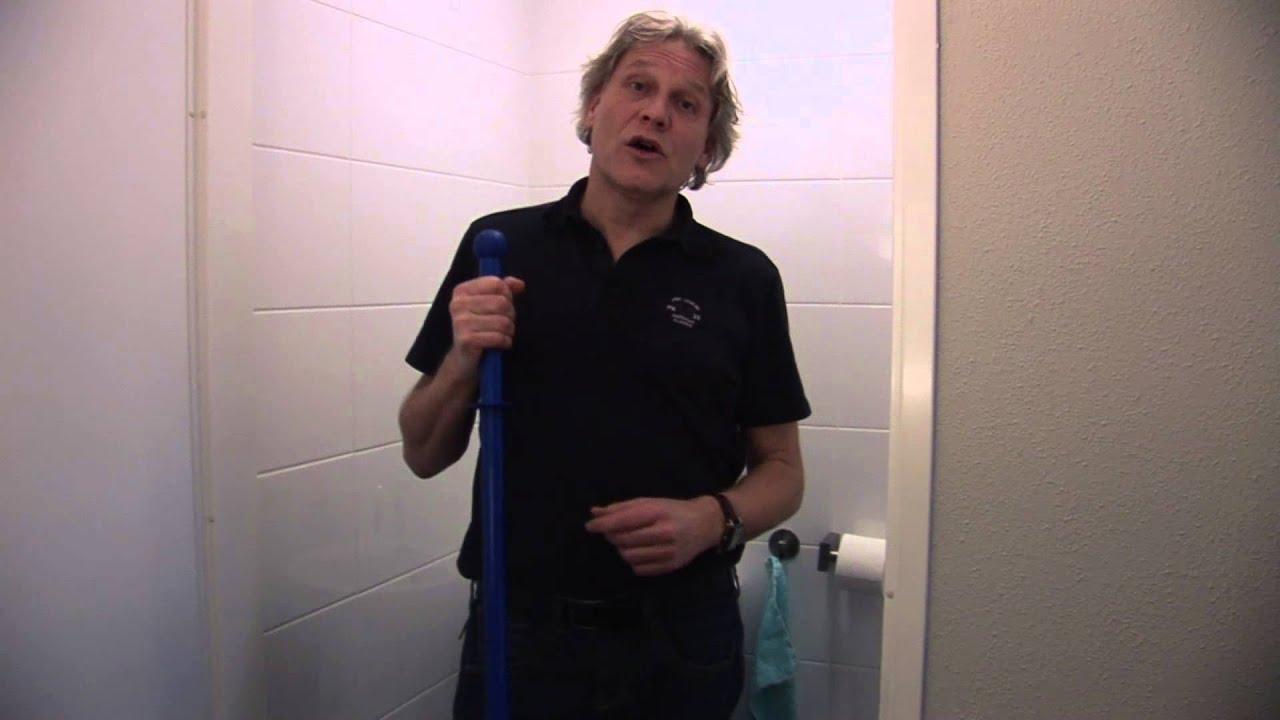 Toilet tegels schoonmaken met sanitair mop