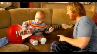1 jähriges Baby gibt den Rockstar, einfach unglaublich !
