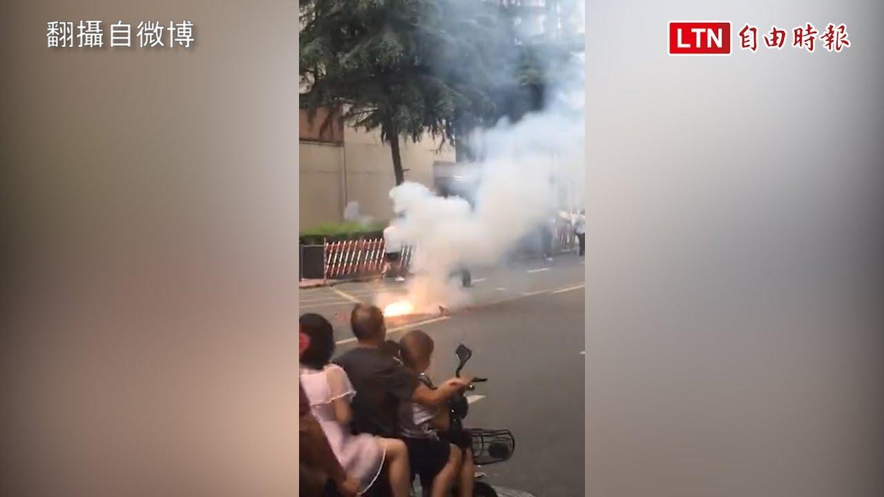 中國軍警包圍美駐成都總領館 館外驚爆巨響冒濃煙(翻攝至微博)