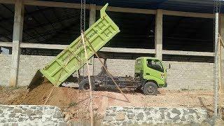 Truck Hino Dutro Xpower 300 Ngedump Menurunkan Muatan Tanah