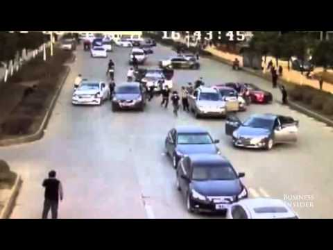 Watch 2 armed gangs fight on a busy road in China Kopyası