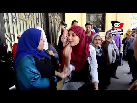 طلبة االثانوية العامة يتجمهرون أمام وزارة التعليم بسبب «الإنجليزي»