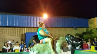 La Cowgirl Gladis: Montando el Toro Mecánico thumbnail