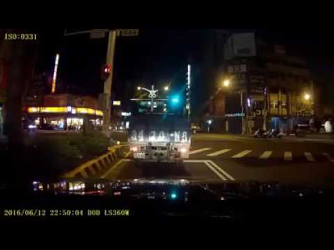 計程車未依燈號指示左轉,Ferrari458因貨車視線死角撞上違規計程車