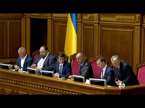 В Киеве приступившая к работе Верховная рада делит руководящие посты и министерские портфели.