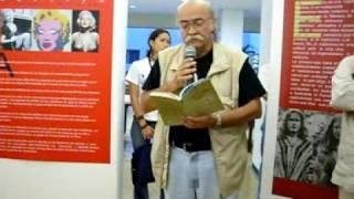 Armando Romero lee su poema