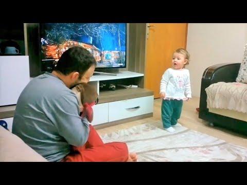 De baby is jaloers op haar vader