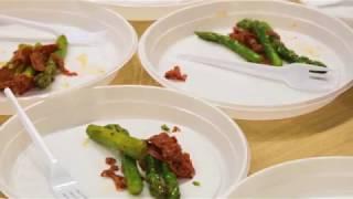 Теплый салат из спаржи с хрустящей чоризо и яйцом пашот