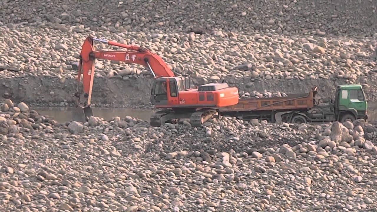 河床上挖土機整理河床配合運土卡車挖運土石 - YouTube