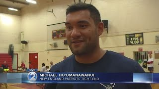 Super Bowl champ Hoomanawanui gives back to