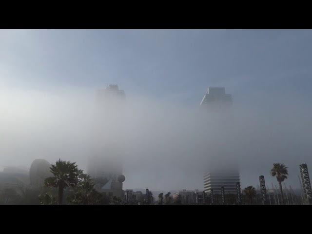 Les torres del Port Olímpic de Barcelona tocades per la boira marítima - Març 2020