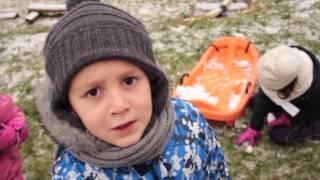 Первый снег 02. 01. 2017, дети играют в снежки