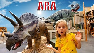 Ulya المشي في حديقة الديناصورات