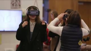 جهاز تقني يتيح التواصل مع الآخرين عبر العالم الافتراضي