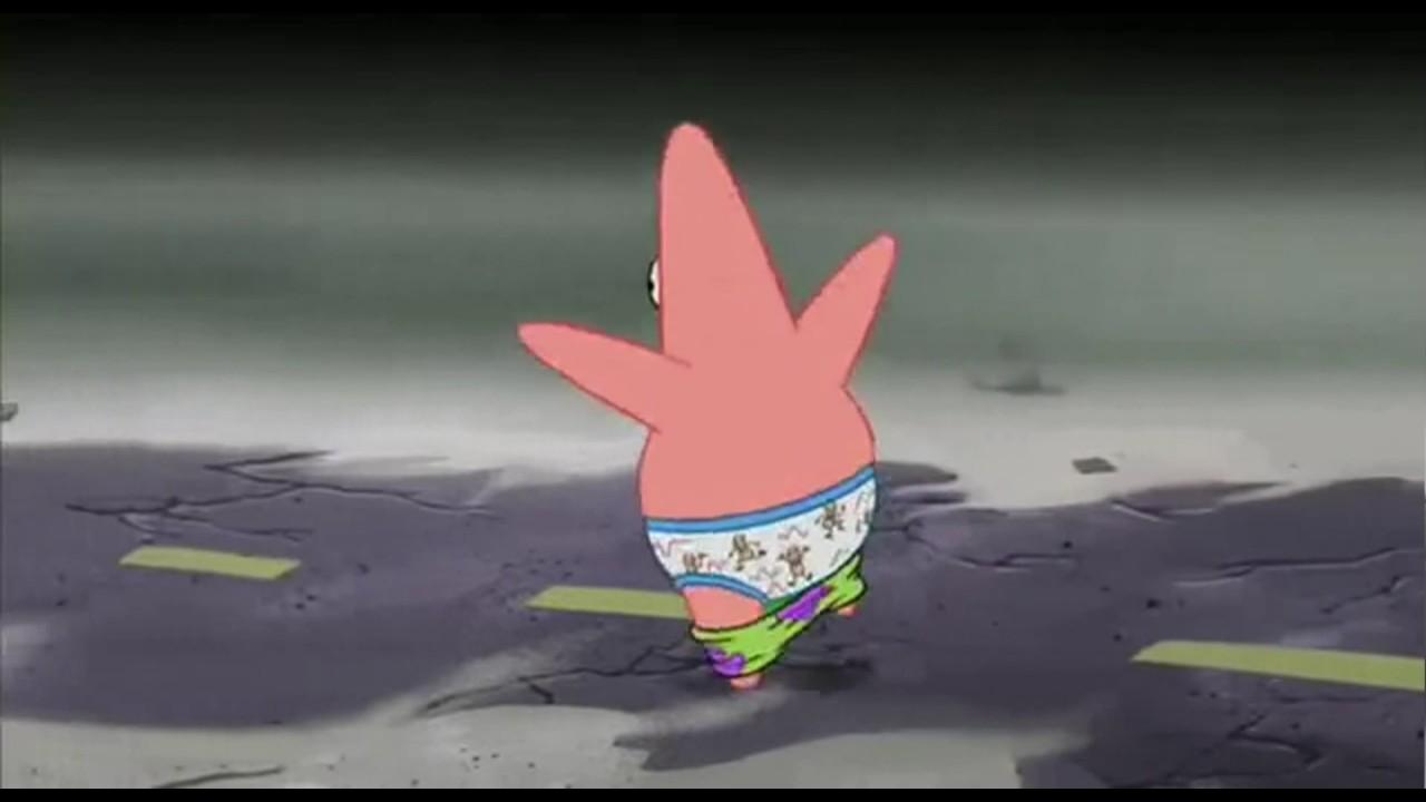 patricio llorando mientras corre con los pantalones abajo