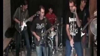 Prisioneiros do Rock executando clássicos do rock