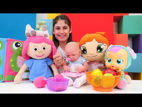 Evcilik bebek bakma oyunu. Ayşe Lili, Ela ve Smarta için karışık meyve püresi hazırlıyor!