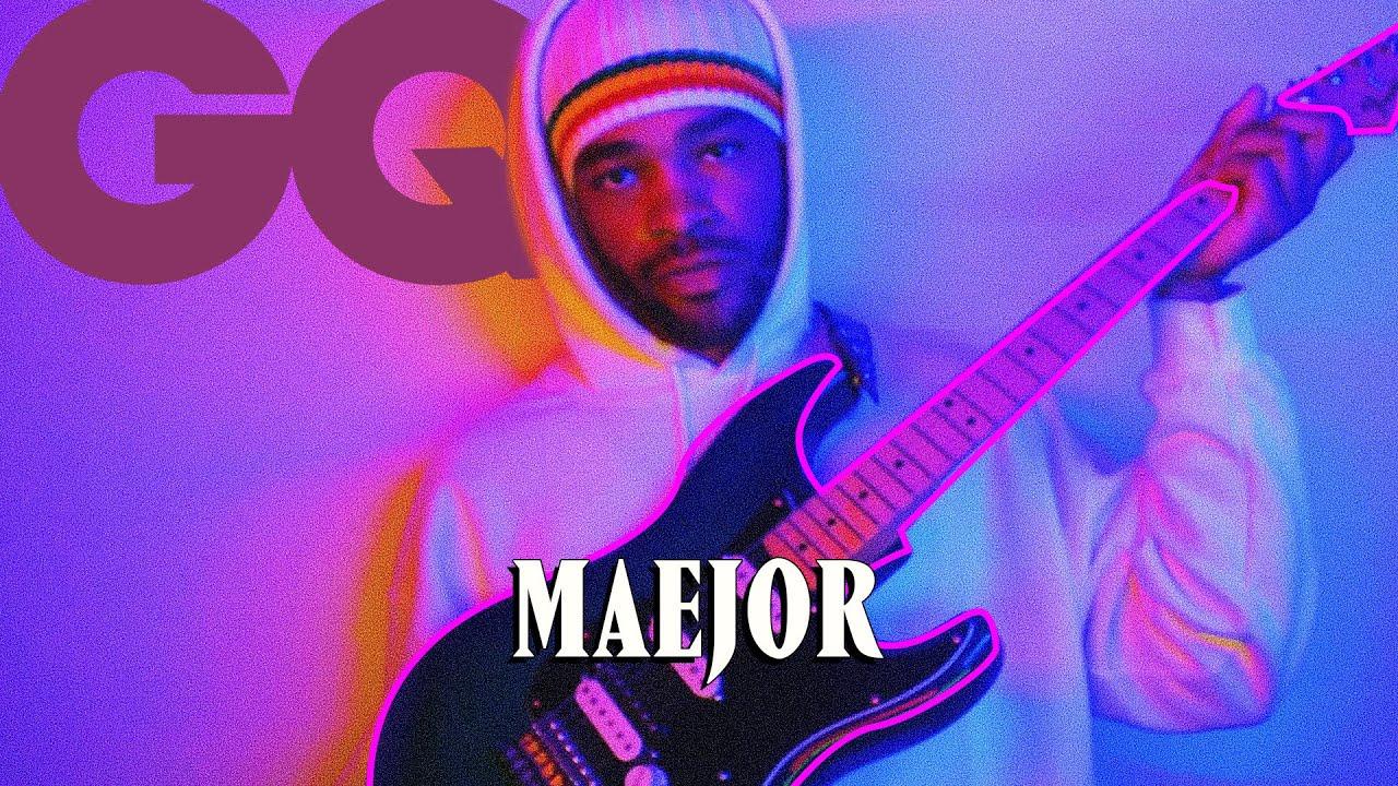 Les 10 Essentiels de Maejor (guitare, passeport et bougies)   GQ
