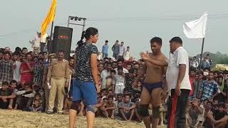 लड़का और लड़की की कुश्ती में लड़की ने उठा उठा के मारा लड़के को।
