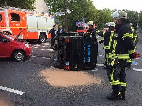 Verkehrsunfall mit Piaggio-Ape-Kastenwagen und PKW - 1 Verletzter in Bonn-Limperich am 13.09.15