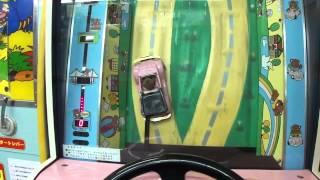 駄菓子屋ゲーム博物館にて。上空から見た視点で車をハンドル操作するベ...