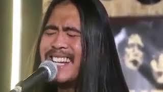 Komik şarkı söyleyen adam