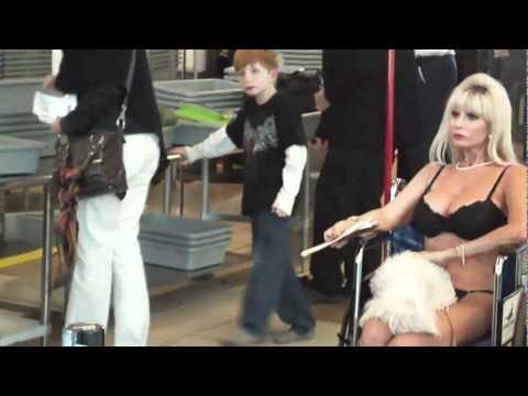 Người phụ nữ cởi quần áo giữa sân bay