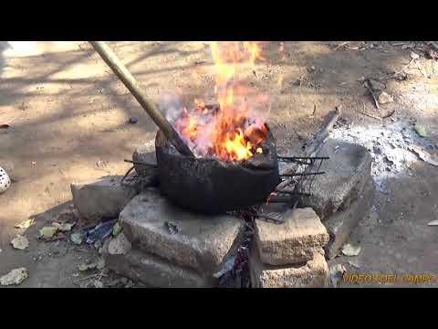 Asando semillas de marañón en el fogón.