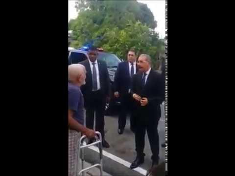 El presidente danilo medina. Se desmonta de su vehiculo para saludar una persona mayor