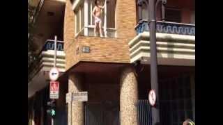Amante descubierto huye por la ventana MARIDO CORNUDO